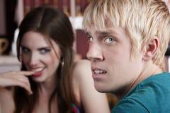 Frau, die mit unintereßiertem männlichem Freund flirtet Stockfotos