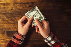 Frau, die mit USA-Dollargeldbanknoten zahlt Stockfoto