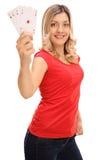 Frau, die mit vier Assen aufwirft Stockbilder