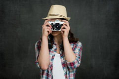 Frau, die mit Weinlese-Kamera fotografiert Stockfoto