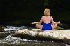 Frau, die mit Yoga meditiert. Lizenzfreie Stockbilder