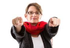 Frau, die mit zwei Fingern - Frau lokalisiert auf weißem backgr zeigt Stockbilder