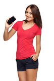 Frau, die Mobilhandy mit schwarzem Schirm zeigt Lizenzfreie Stockfotos