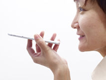 Frau, die Mobiltelefon verwendet Lizenzfreie Stockbilder