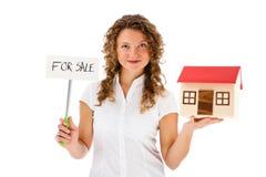 Frau, die Modell des Hauses lokalisiert auf weißem Hintergrund hält Stockfotografie