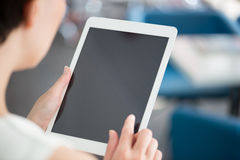 Frau, die moderne digitale Tablette verwendet Lizenzfreies Stockbild