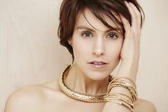 Frau, die moderne Halskette trägt Lizenzfreies Stockbild