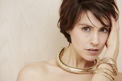 Frau, die moderne Halskette trägt Stockfotos
