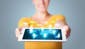 Frau, die moderne Tablette mit Sozialikonen anhält Lizenzfreie Stockfotos