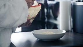 Frau, die morgens ein gesundes Frühstück zubereitet stock footage