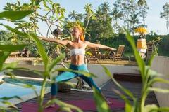 Frau, die morgens Yoga tut stockfoto