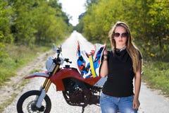 Frau, die Motorradsturzhelm hält Stockfoto