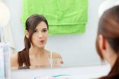 Frau, die Mundwasser verwendet Stockbild