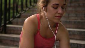 Frau, die Musik durch Kopfhörer hört stock video footage