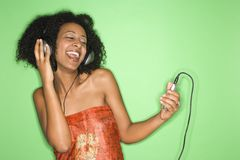 Frau, die Musik hört. Stockfotos