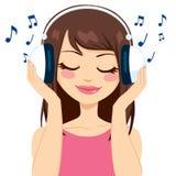 Frau, die Musik hört Stockbild