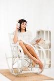 Frau, die Musik hört Lizenzfreie Stockfotografie