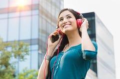 Frau, die Musik hört Lizenzfreie Stockfotos