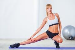 Frau, die Muskeln ausdehnt Lizenzfreies Stockfoto