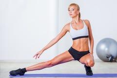Frau, die Muskeln ausdehnt Lizenzfreie Stockfotografie