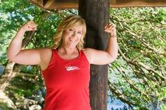 Frau, die Muskeln biegt Stockfoto