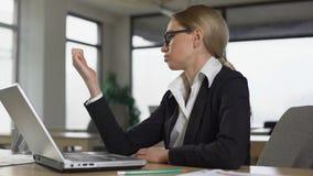 Frau, die Nägel von der Langeweile bei der Arbeit im Büro, Mangel an Motivation betrachtet stock video