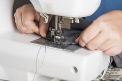 Frau, die Nähmaschine - Hände sogar verwendet Lizenzfreie Stockfotografie