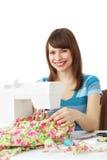Frau, die Nähmaschine verwendet lizenzfreies stockbild