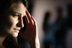 Frau, die nach Auseinanderbrechen leidet lizenzfreie stockbilder