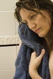 Frau, die nach Bad oder Dusche erwägt Stockfotografie