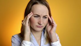 Frau, die nach den Schmerz der festen Nahaufnahme der Kopfschmerzen schreit stock video