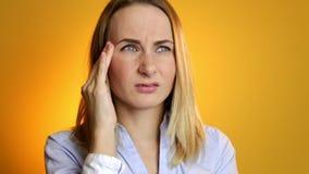 Frau, die nach den Schmerz der festen Nahaufnahme der Kopfschmerzen schreit stock video footage