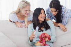 Frau, die nach Geschenk von ihren Freunden dankbar sucht lizenzfreies stockbild