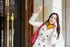 Frau, die nach Hause verlässt, damit das Gehen arbeitet Lizenzfreie Stockfotografie