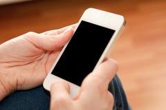 Frau, die nach innen ihren Smartphone verwendet Stockfoto