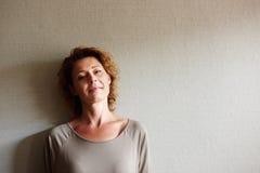 Frau, die nach innen mit nachdenklichem Ausdruck steht lizenzfreie stockfotos