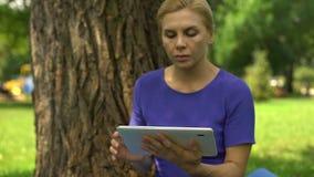 Frau, die nach Job in der Arbeitsanwendung auf Tablette, Krise, Geldmangel sucht stock footage