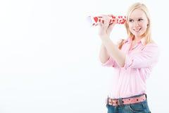 Frau, die nach Liebe durch binokulares sucht Lizenzfreie Stockfotos