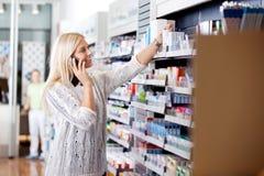 Frau, die nach Medizin sucht stockfotos