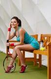 Frau, die nach Tennistraining stillsteht Lizenzfreie Stockfotografie