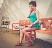 Frau, die nach Tennistraining stillsteht Stockfotografie