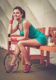 Frau, die nach Tennistraining stillsteht Lizenzfreie Stockbilder