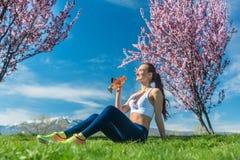 Frau, die nach Trinkwasser der laufenden Übung sich entspannt Stockfotos