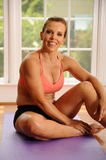 Frau, die nach Yoga-Training sich entspannt Lizenzfreies Stockfoto