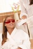 Frau, die nachdem dem Laser-Zahnweiß werden lächelt Stockfotos
