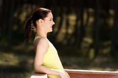 Frau, die nachdem dem Laufen sich entspannt lizenzfreies stockfoto