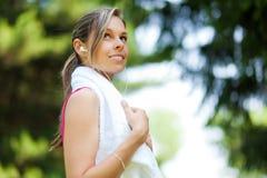 Frau, die nachdem dem Laufen am Stadtpark erneuert Stockfoto