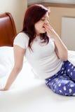 Frau, die nachdem dem Wecken gähnt lizenzfreie stockbilder
