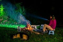 Frau, die nachts kampiert Lizenzfreies Stockfoto
