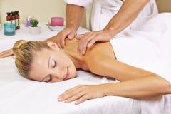 Frau, die Nackenmassage im Badekurort empfängt stockbild